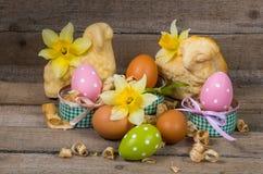 Oeufs de pâques en pot et fleurs des narcisses Photographie stock