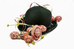 Oeufs de pâques et chapeau de lanceur Photos stock