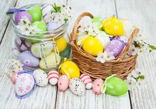 Oeufs de pâques et fleur de ressort Photographie stock libre de droits