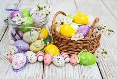 Oeufs de pâques et fleur de ressort Photos stock