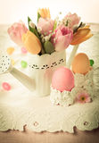 Oeufs de pâques et fleurs de ressort images stock