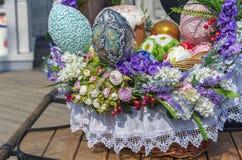 Oeufs de pâques et gâteaux colorés de Pâques dans un panier en osier photographie stock