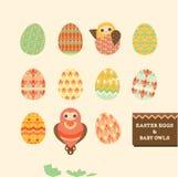 Oeufs de pâques et hiboux heureux de bébé Images stock