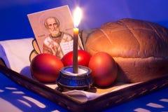 Oeufs de pâques et kulich, une bougie Photographie stock