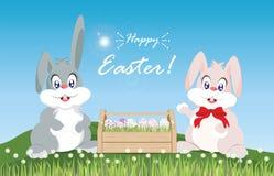 Oeufs de pâques et lapin de Pâques pour la décoration sur l'herbe verte fraîche Photos libres de droits