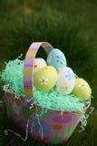 Oeufs de pâques et panier de Pâques Image libre de droits