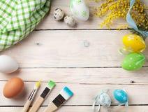 Oeufs de pâques et pinceaux colorés Images libres de droits