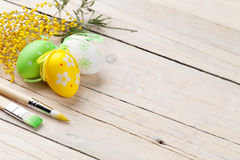 Oeufs de pâques et pinceaux colorés Photo libre de droits