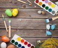Oeufs de pâques et pinceaux colorés Images stock