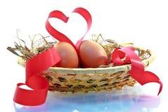 Oeufs de pâques et ruban rouge sous forme de coeur Photographie stock