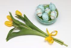 Oeufs de pâques et tulipes jaunes Photo stock