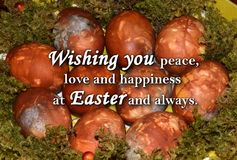 Oeufs de pâques et un ` des textes te souhaitant la paix, l'amour et le bonheur chez Pâques et toujours ` Photographie stock libre de droits