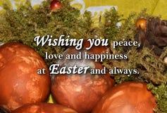 Oeufs de pâques et un ` des textes te souhaitant la paix, l'amour et le bonheur chez Pâques et toujours ` Photographie stock