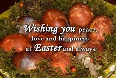 Oeufs de pâques et un ` des textes te souhaitant la paix, l'amour et le bonheur chez Pâques et toujours ` Image libre de droits