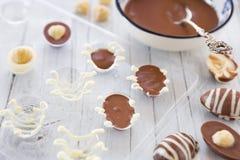 Oeufs de pâques faits maison de chocolat photographie stock libre de droits