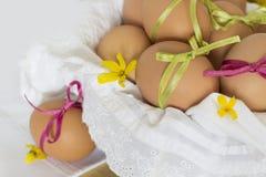 Oeufs de pâques heureux dans le panier Photo stock
