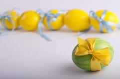 Oeufs de pâques jaunes et verts Photographie stock libre de droits