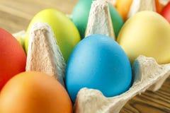 Oeufs de pâques lumineux dans un support spécial Joyeuses Pâques Plan rapproché, b Image libre de droits