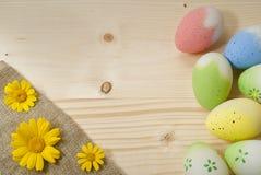 Oeufs de pâques, marguerites jaunes photos stock