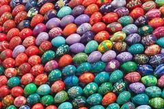 Oeufs de pâques peints à la main colorés Images libres de droits