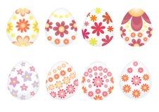 Oeufs de pâques peints avec des fleurs de varios Photo stock