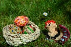 Oeufs de pâques peints colorés sur une herbe verte Image stock