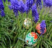 Oeufs de pâques peints colorés sur une herbe verte Image libre de droits