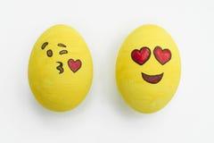 Oeufs de pâques peints d'emoji dans différents modes et expressi facial Photographie stock
