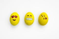 Oeufs de pâques peints d'emoji dans différents modes et expressi facial Photo stock