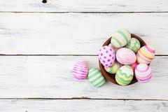 Oeufs de pâques peints dans des couleurs en pastel sur le bois blanc Photographie stock libre de droits
