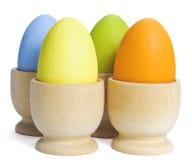 Oeufs de pâques peints dans des cuvettes sur le blanc Photo libre de droits