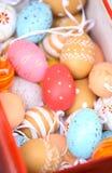 Oeufs de pâques peints dans la boîte Photographie stock libre de droits