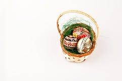Beaux oeufs de pâques peints dans le panier Image libre de droits