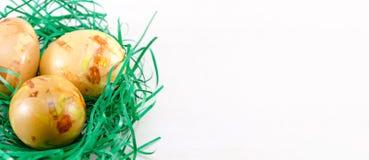 Oeufs de pâques peints en paille verte Image libre de droits