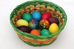 Oeufs de pâques Oeufs peints faits main dans le panier pour la célébration de Pâques d'isolement sur le fond blanc Pâques Oeufs d Photographie stock libre de droits
