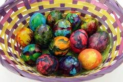 Oeufs de pâques Oeufs peints faits main dans le panier pour la célébration de Pâques d'isolement sur le fond blanc Pâques Oeufs d Images libres de droits