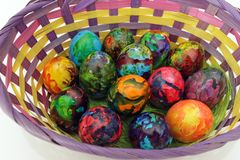 Oeufs de pâques Oeufs peints faits main dans le panier pour la célébration de Pâques d'isolement sur le fond blanc Pâques Oeufs d Photographie stock