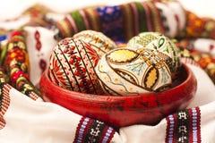Oeufs de pâques peints sur la poterie d'argile Image stock