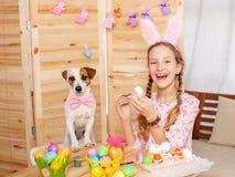 Oeufs de pâques de peinture d'enfant Image stock