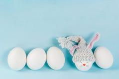 Oeufs de pâques ressemblant aux lapins Images stock