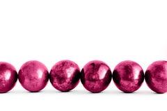 Oeufs de pâques roses à la mode rayés sur le fond blanc Plan rapproch? image libre de droits