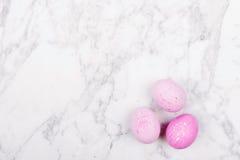 Oeufs de pâques roses à la mode sur le fond de marbre Photographie stock