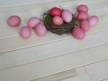 Oeufs de pâques roses Pâques Couleurs pastel Nuances de rose Fond rose Image libre de droits