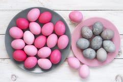 Oeufs de pâques roses et gris photographie stock libre de droits