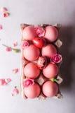 Oeufs de pâques roses sur le fond clair Copyspace Photo toujours de la vie d'un bon nombre d'oeufs de pâques roses Fond avec des  Photographie stock
