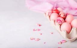 Oeufs de pâques roses sur le fond clair Copyspace Photo toujours de la vie d'un bon nombre d'oeufs de pâques roses Fond avec des  Photographie stock libre de droits