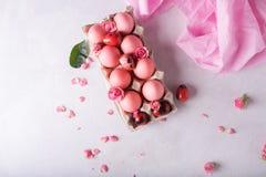 Oeufs de pâques roses sur le fond clair Copyspace Photo toujours de la vie d'un bon nombre d'oeufs de pâques roses Fond avec des  Photos libres de droits