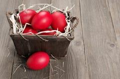 Oeufs de pâques rouges dans le panier photo libre de droits
