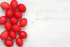Oeufs de pâques rouges sur le bois photographie stock libre de droits