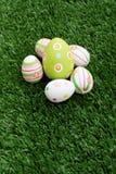 Oeufs de pâques sur l'herbe photographie stock libre de droits